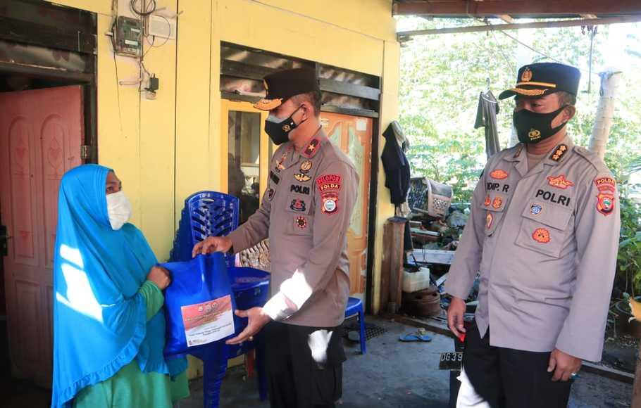 Polda Malut Salurkan Bantuan Paket Sembako Kepada Masyarakat yang Terdampak Covid-19